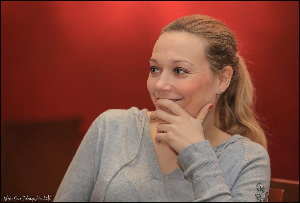 Les yeux rieurs, et la mine ravie, Caroline Vigneaux savoure son bonheur.